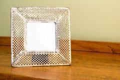 照片框架-宽米黄色的金属猛击了精美框架w 库存照片