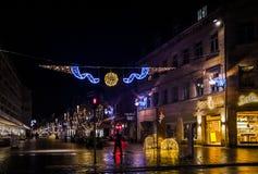 照片湿街道装饰的圣诞灯球在德国 库存图片