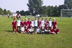 照片球员姿势骄傲的足球小组年轻人 免版税库存图片