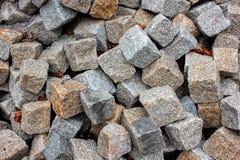 照片的灰色石渣关闭背景的 在堆的锋利的石头建筑的 路或楼房建筑供应 免版税库存图片