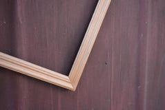 照片的美好的木制框架从在金属棕色背景的轻的木头与离婚 免版税库存图片