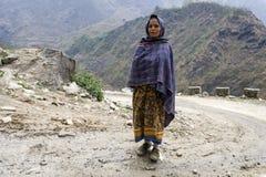 照片的西藏妇女姿势 图库摄影