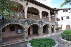 照片老西班牙房子的门面有大阳台的 免版税库存图片