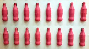 照片背景瓶喝被隔绝的白色墙壁 图库摄影