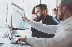 照片运作的过程 显示报告屏幕的财务商业经理 年轻企业乘员组与现代起始的项目一起使用 免版税库存图片