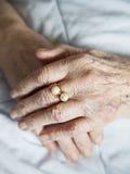 年长夫人的手有照片金黄圆环系列的  免版税库存图片
