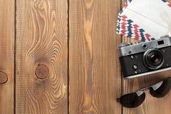 照相机、信件和太阳镜在办公桌上 免版税库存图片