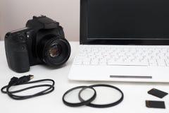照相机、摄影设备和计算机在桌上 免版税库存照片
