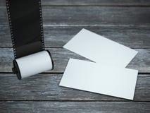 照相机与两张名片的胶卷 免版税库存照片