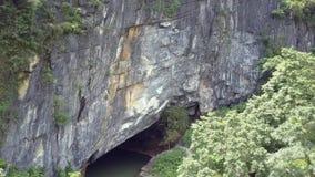 照相机从入口提高使与雨林的峭壁陷下 股票视频