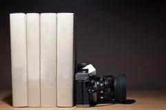 照相机和书 库存图片