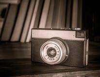 照相机和书 免版税库存照片