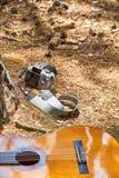 照相机和吉他在gound 免版税库存照片
