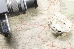 照相机和白色珊瑚在地图 库存照片