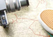 照相机和鞋子在地图 免版税库存照片