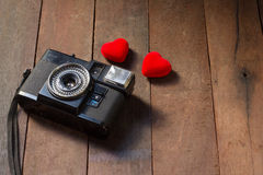 照相机和haet在木背景 免版税图库摄影