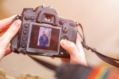 照相机在一个美好的框架的手上在屏幕上的 免版税库存图片