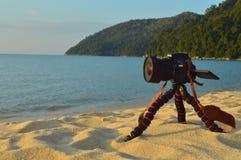 照相机在三脚架的尼康逗留在沙子背景是山 库存照片
