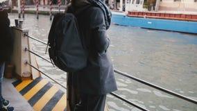 照相机在享受大气长平底船运河游览游览的愉快的平安的妇女游人掀动下来在威尼斯意大利 股票录像
