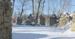 照相机在冬天期间从左到右移动并且从石头去除老被毁坏的庭院 影视素材