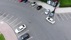 照相机在多云夏日显示有许多乘坐的汽车的宽混凝土路 股票录像