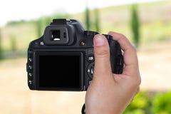 照相机在手中与黑屏幕 免版税库存照片