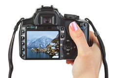 照相机在手中和冬天奥地利视图 免版税库存照片