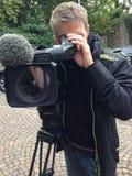 照相机在海运日落的摄制人 免版税库存照片