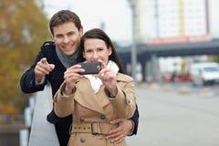 照相机夫妇移动电话使用 免版税库存图片