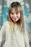 照相机女孩微笑的年轻人 免版税图库摄影