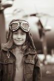 照相机女性飞行员微笑的年轻人 免版税库存图片