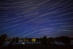 照相机导致了地球风险长的移动晚上循环s天空星形线索 满天星斗的空间的看法 免版税库存照片