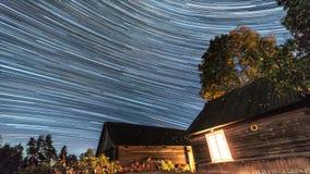 照相机导致了地球风险长的移动循环s星形线索 在老村庄的夜间流逝 股票视频
