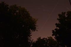 照相机导致了地球风险长的移动循环s星形线索 晚上 30分钟 免版税库存图片