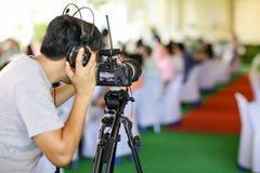 照相机展示反光镜图象在采访或广播婚礼的抓住行动 库存图片