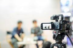 照相机展示反光镜图象在采访或广播婚礼,抓住感觉的抓住行动 库存图片