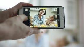 照相机展示某人怎么做搞笑照片maother和女儿在电话 影视素材