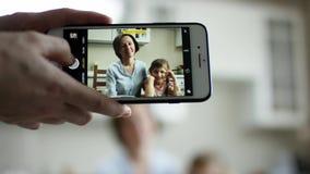 照相机展示某人怎么做照片maother和女儿在有流动的照相机的电话 影视素材