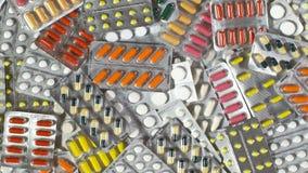 照相机批评片剂的一张顶视图 上色了许多药片 影视素材