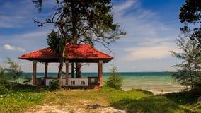 照相机接近红色屋顶亭子和天蓝色海海滩 影视素材