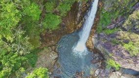 照相机接近进入蓝色湖的瀑布tagu 影视素材