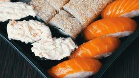 照相机提高 寿司卷, nigiri, maki,与三文鱼,鳗鱼,虾,费城乳酪的Gunkan巨大挑选品种  股票视频