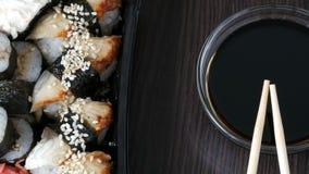 照相机提高 时髦地被放置的寿司在黑木背景设置了在酱油和中国竹棍子旁边 影视素材