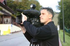 照相机操作员与戏院广播摄象机一起使用 图库摄影
