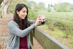 照相机数字式使用妇女 库存照片