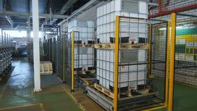 照相机显示完成的中间散装货物集装箱线 股票录像