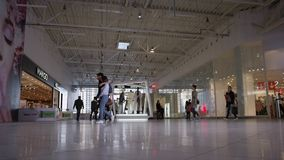 照相机显示走和做购物的愉快的人民 股票视频
