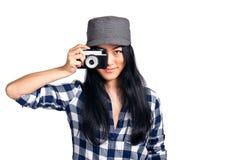 照相机有乐趣的女孩她的年轻人 免版税库存照片