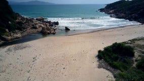照相机横跨沙子海滩移动向泡沫似的波浪 影视素材