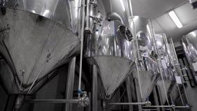 照相机沿捣碎的麦芽的亮光现代坦克移动酿造啤酒的在啤酒厂植物中 股票录像